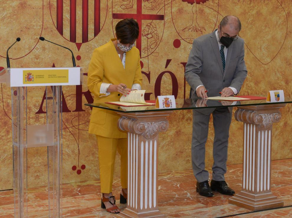 La ministra Isabel Rodríguez y el presidente de la DGA, Javier Lambán, durante la firma del convenio en el Banco de España el pasado julio.