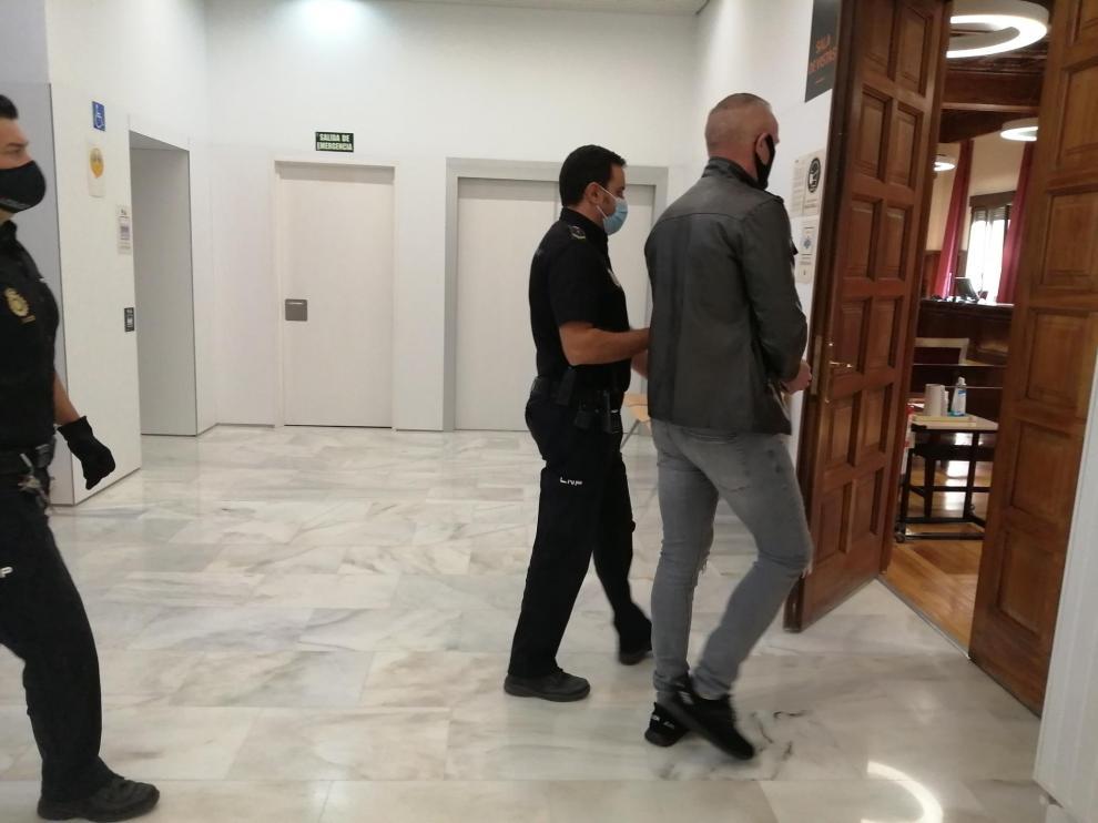 El acusado, este martes, en el momento de entrar a la sala de vistas de la Audiencia de Teruel.