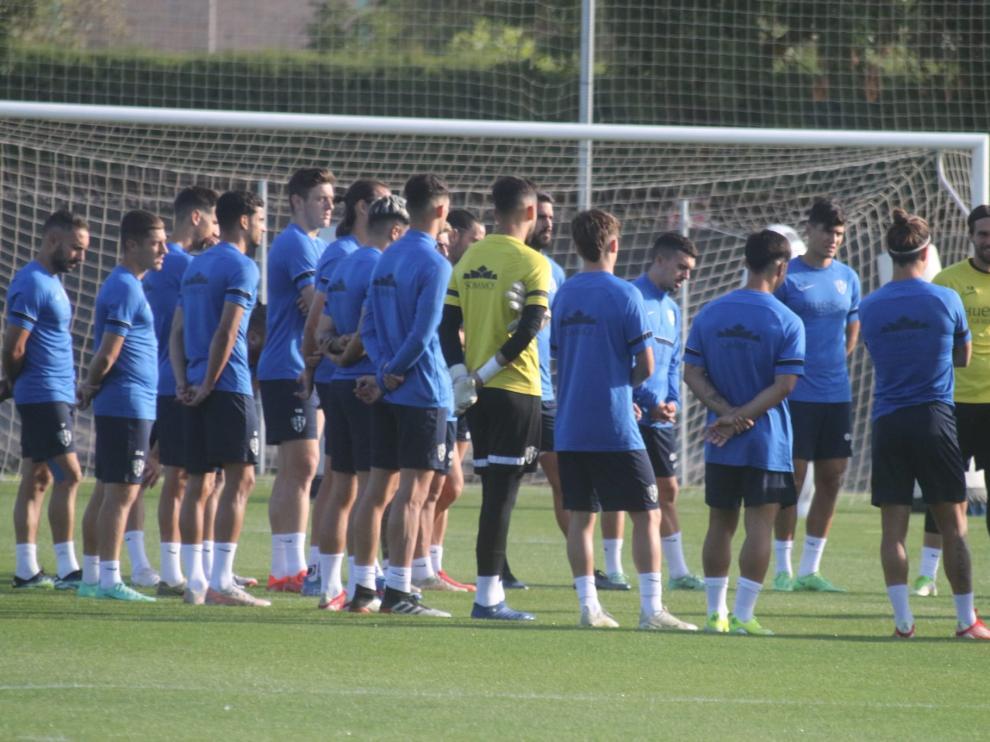 Los jugadores de la SD Huesca, durante la charla previa al inicio del entrenamiento de este martes.