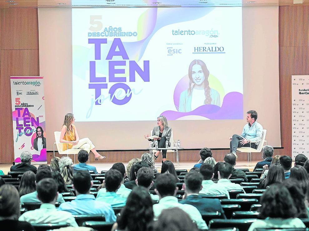 Mar Escobedo, la moderadora Raquel Fuertes y Carlos Paúl