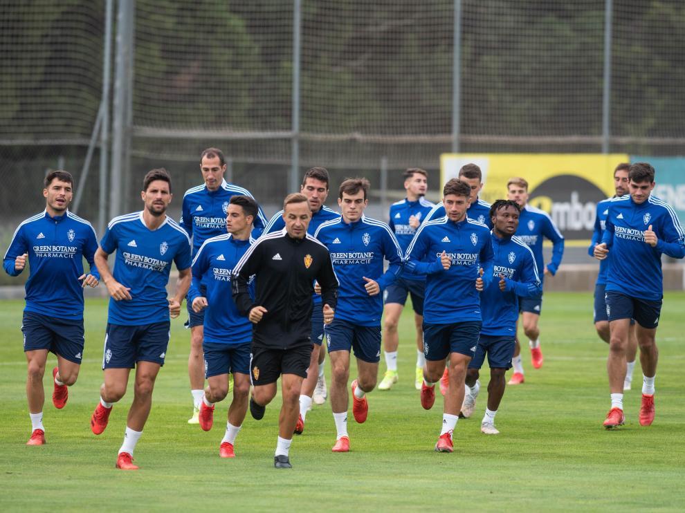 Panorámica de la plantilla del Zaragoza en un entrenamiento en la Ciudad Deportiva.