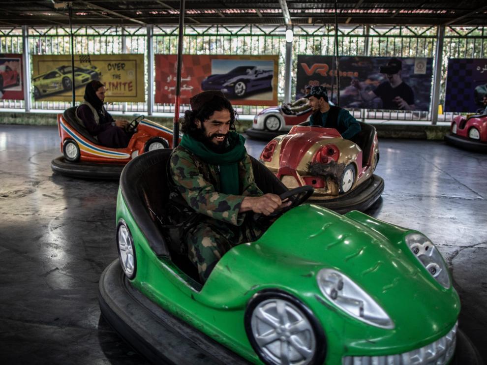 Un soldado talibán se divierte en un auto de coche.
