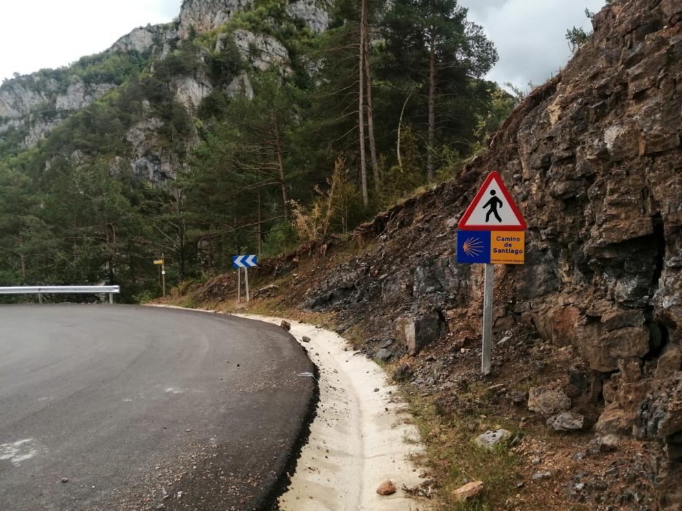 Una de las señales colocadas por la DPH en cruces de carreteras con el Camino de Santiago.