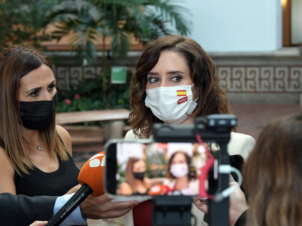 Ayuso atiende a los medios españoles en su viaje a Estados Unidos.