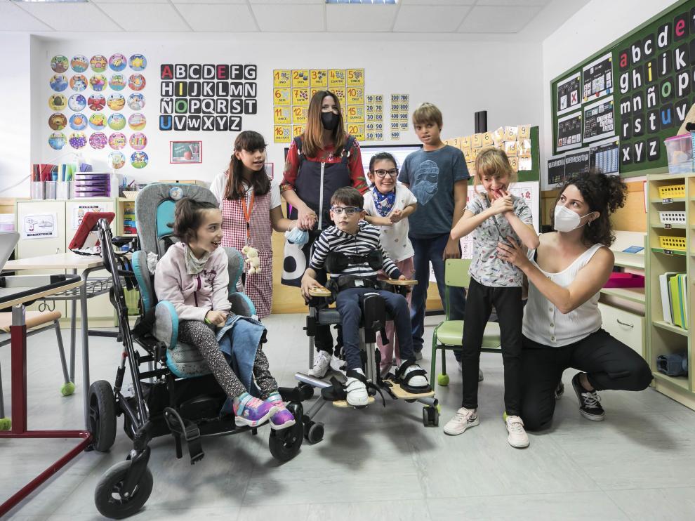 Beatriz Gómez Gil (en el centro), junto a su grupo de alumnos en el Colegio Público de Educación Especial Jean Piaget de Zaragoza