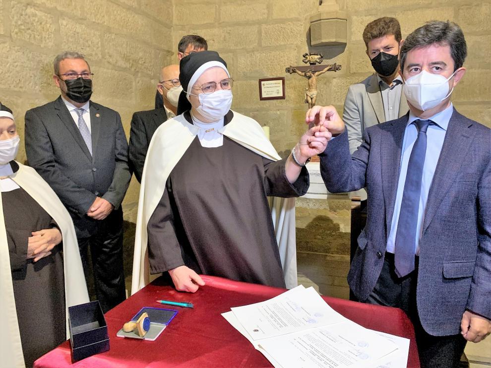 El alcalde de Huesca entrega a la priora del convento de las Miguelas el simbólico céntimo.