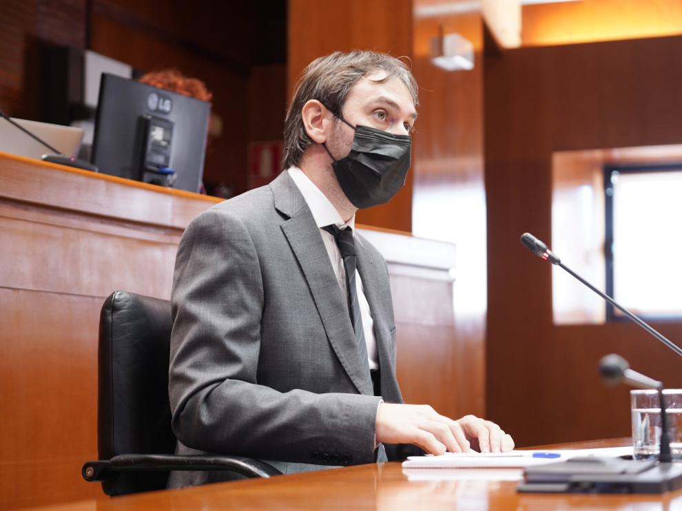 El director gerente del IAJ, Adrián Gimeno, ayer, en su comparecencia en el Parlamento aragonés.
