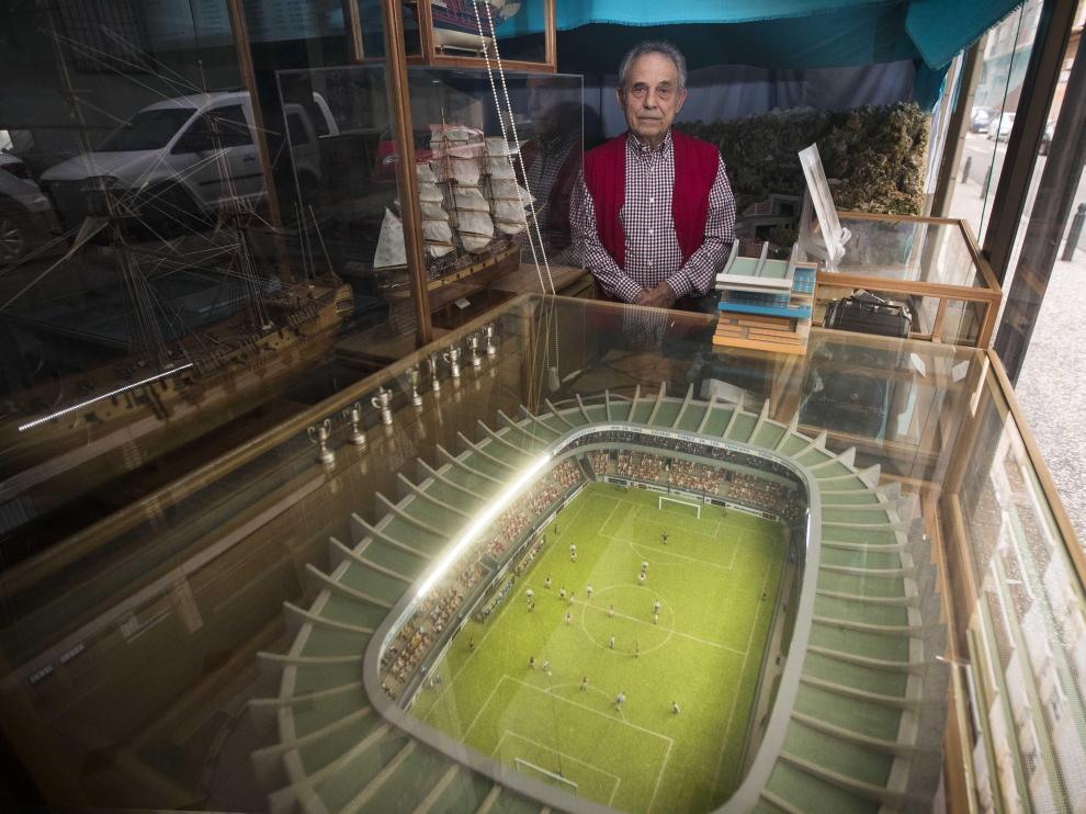 Evelio Gracia, junto a la maqueta de estadio del Parque de los Príncipes, que elaboró para recrear el gol de Nayim.
