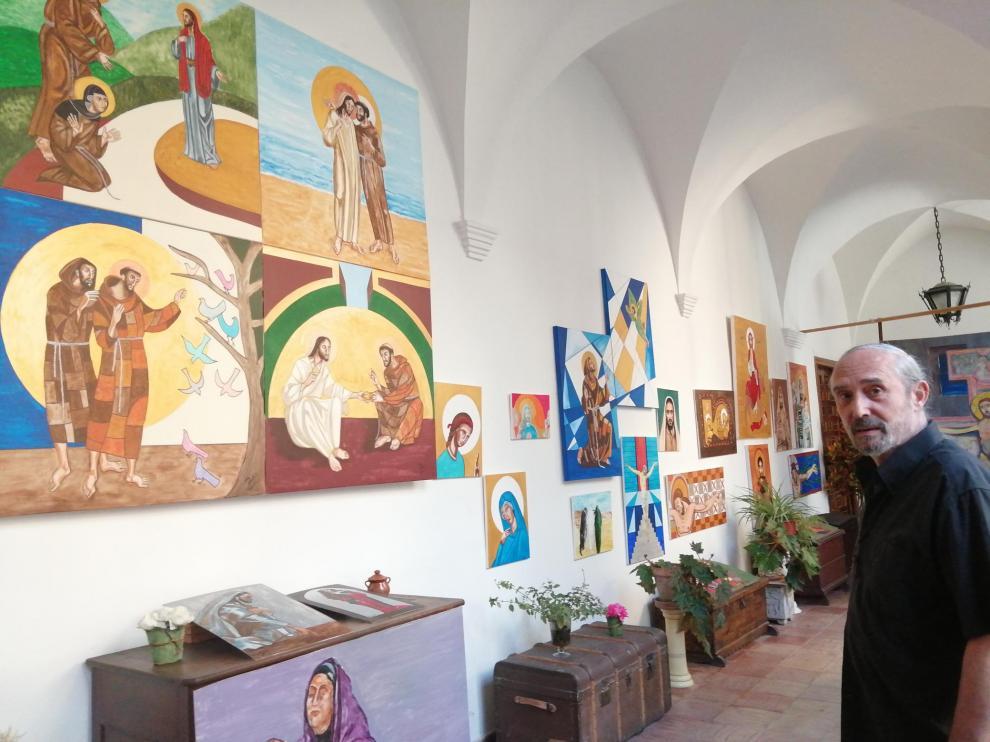 El fraile franciscano Alfredo Colás, ante alguno de los cuadros que ha pintado en los últimos meses.