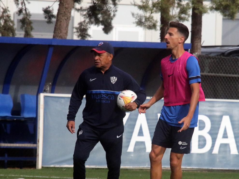 Juan Carlos, ante Ambriz, durante el entrenamiento de este miércoles.
