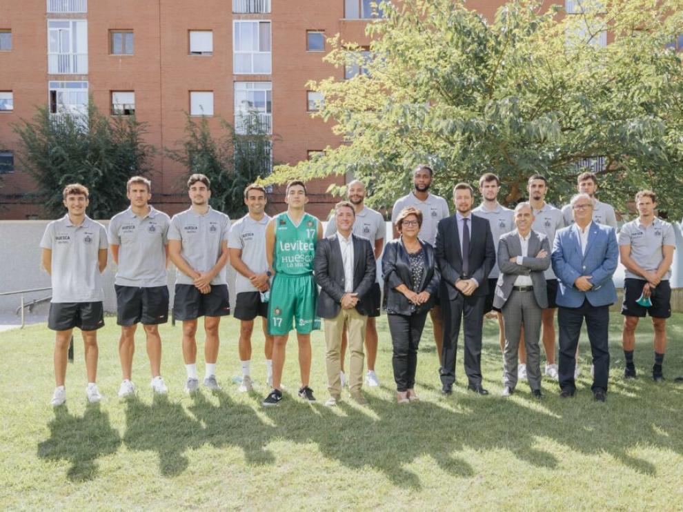 Los jugadores, técnicos, dirigentes y patrocinadores del Levitec Huesca La Magia.