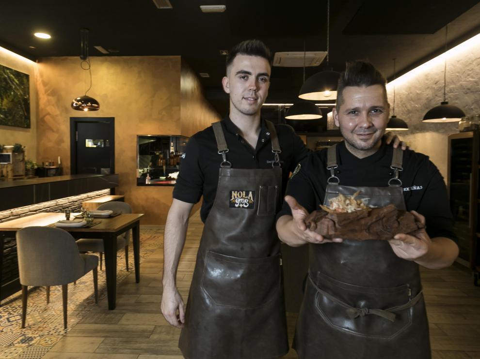 Los cocineros Alex Viñal y David Lorente, del restaurante Nola Gras, con la versión casera de su tapa ganadora.