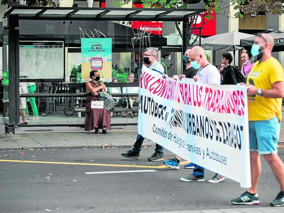 Protesta de los trabajadores del bus y el tranvía, ayer, en la plaza de Aragón