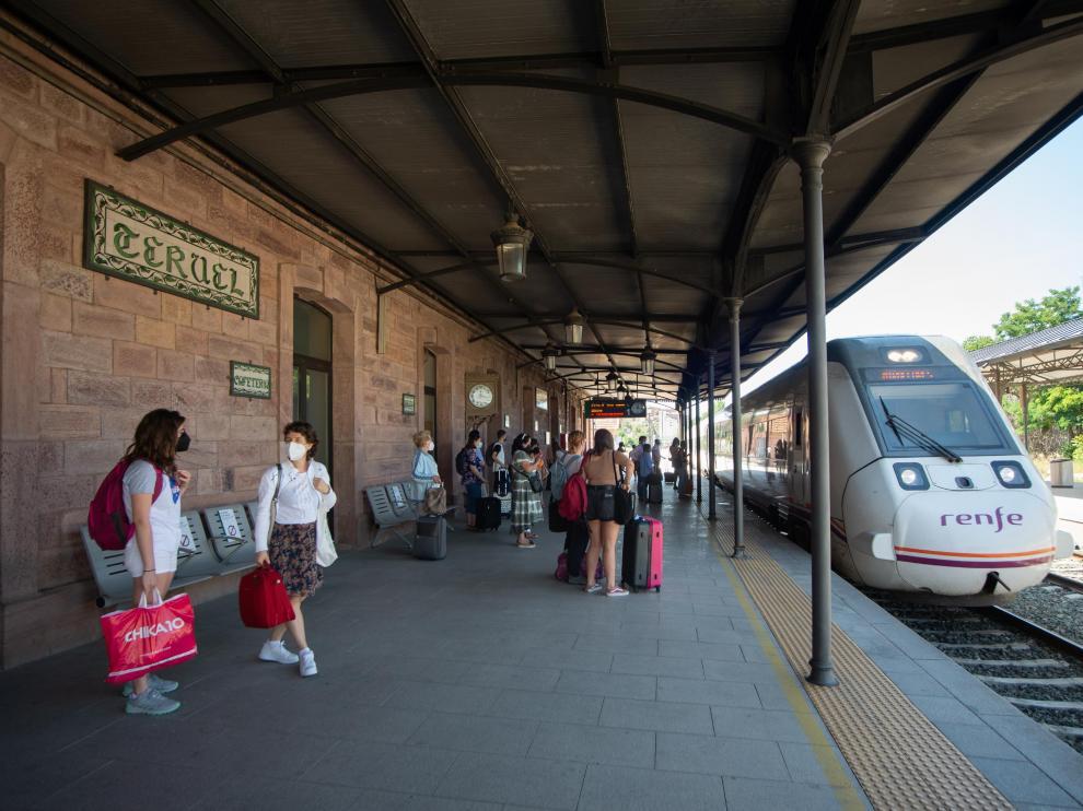 Un tren llega a la estación de Teruel procedente de Valencia.
