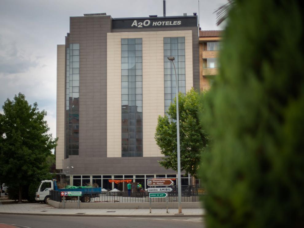 Varias empresas locales participan en la puesta a punto del hotel con vistas al puente del Pilar.