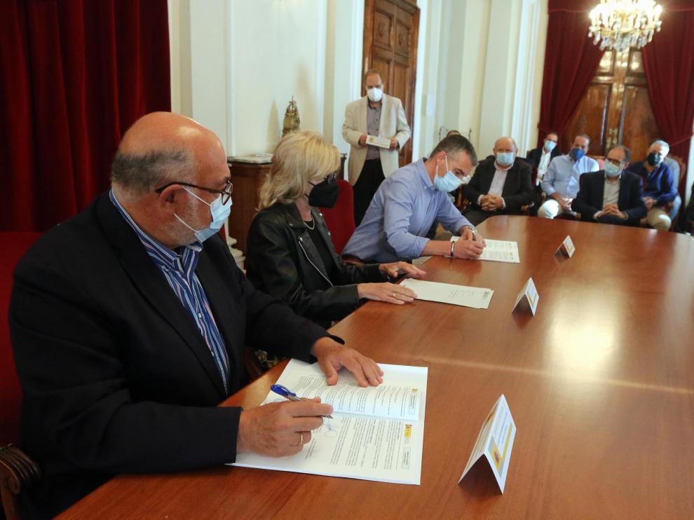 El presidente de Seiasa firmó el convenio en Huesca con las comunidades de regantes.