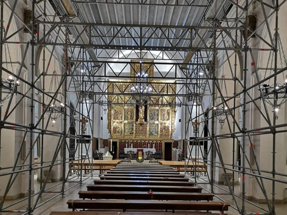 La iglesia de Binéfar lleva 15 años con andamios por un desprendimiento que hubo en la bóveda.