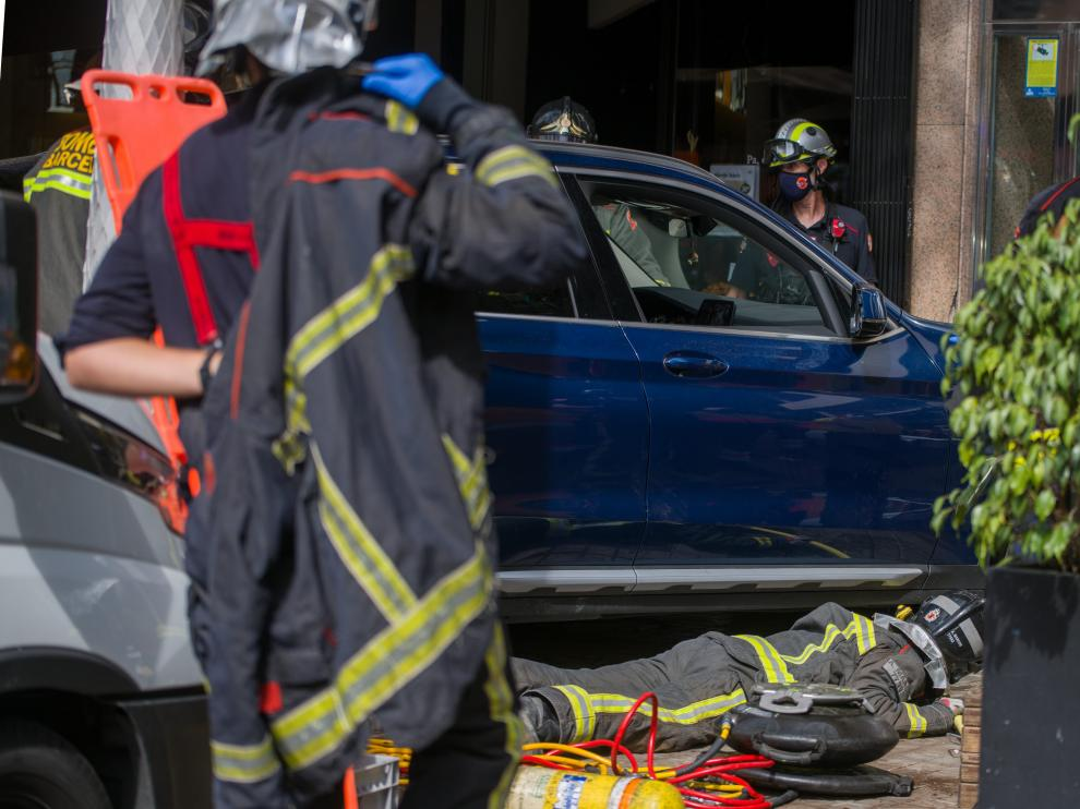 Los bomberos trabajan para atender a los heridos del accidente.
