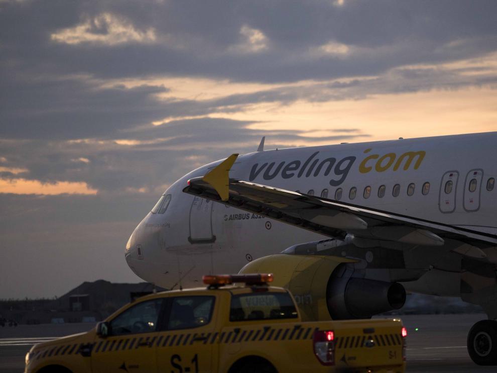 Un avión de la compañía de bajo coste Vueling, en el aeropuerto de Zaragoza