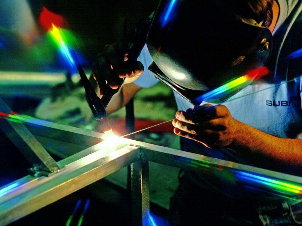 Un soldador en un taller