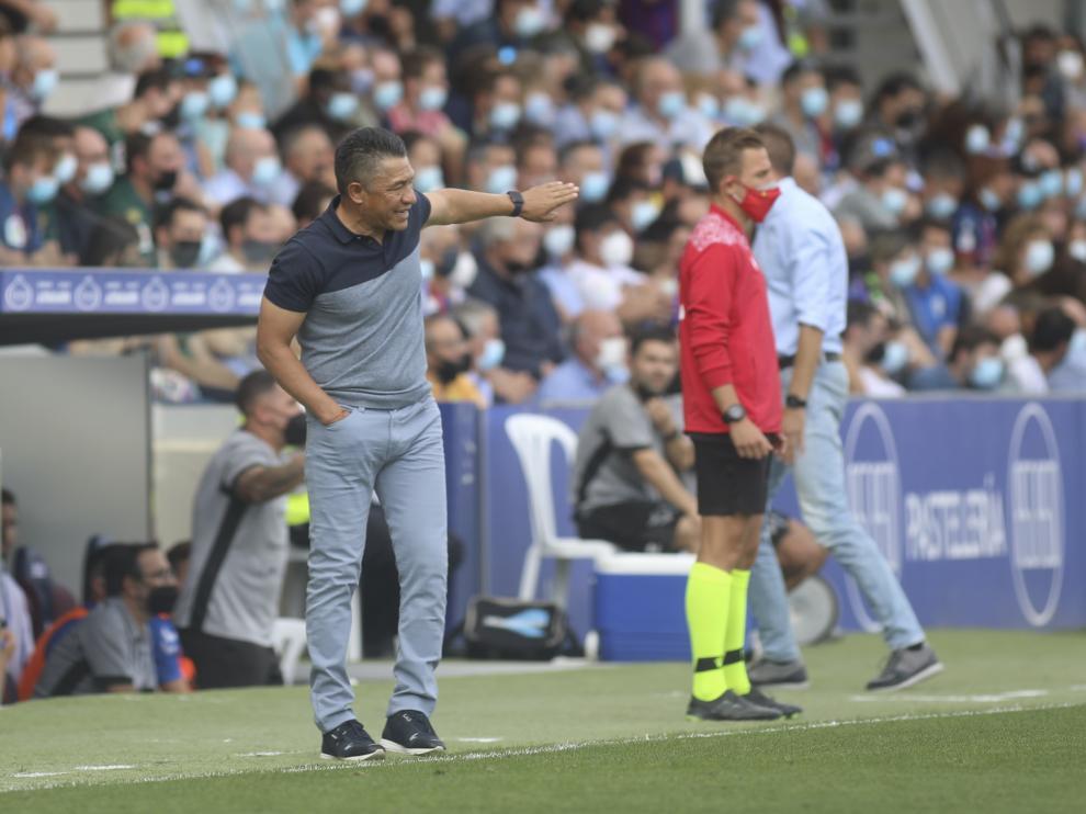 Ambriz da indicaciones a los jugadores de la SD Huesca durante el encuentro con el Tenerife.