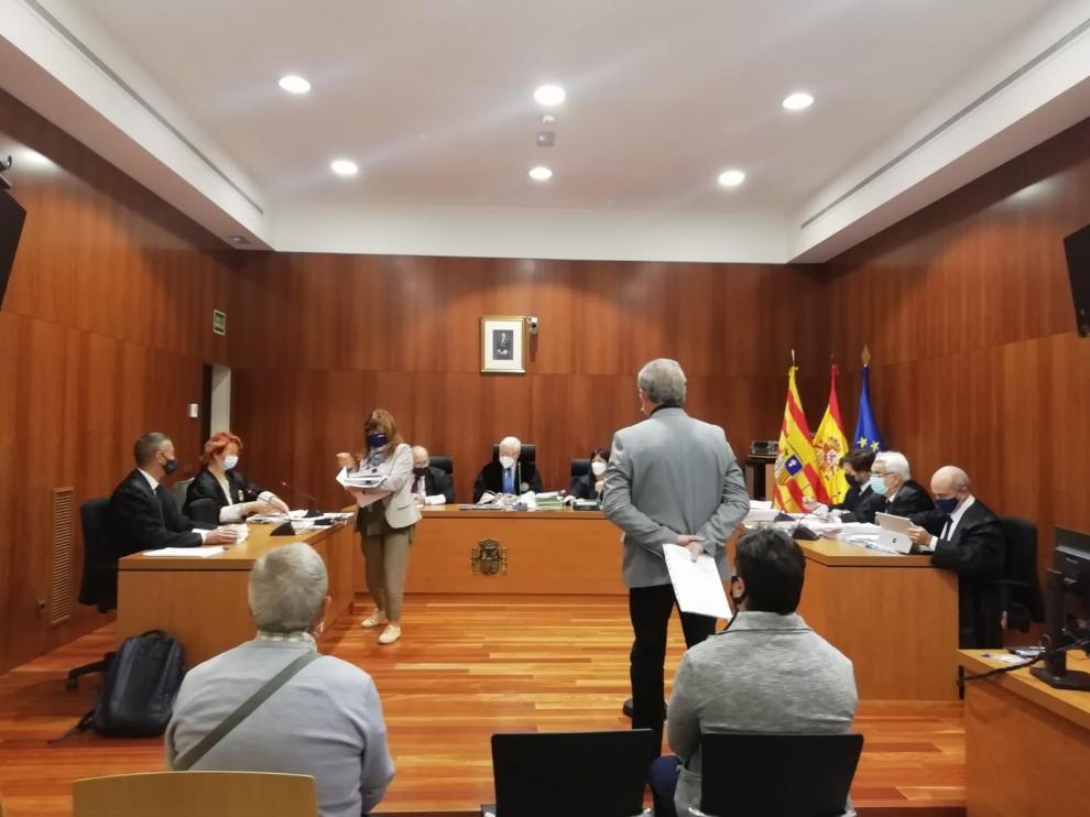 El alcalde, José María Castejón, de pie en el estrado. Detrás de él, sentado, el exsecretario judicial.