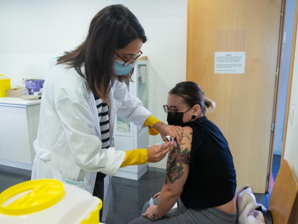 La enfermera Lucía Largo administra la vacuna a Lucía Espada, de 24 años.