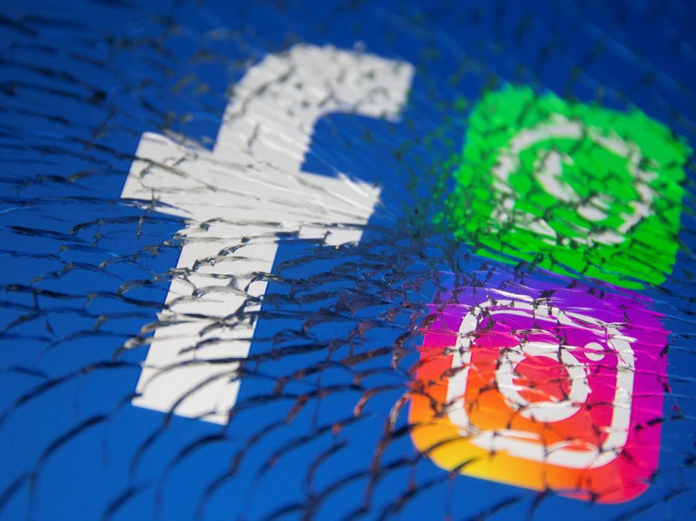 Logos de Whatsapp, Facebook e Instagram en una pantalla rota