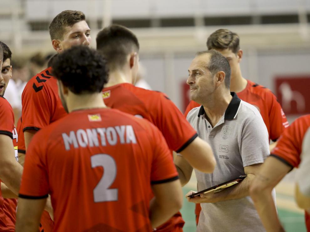 Nolasco, técnico del Bada Huesca, se dirige a sus jugadores.