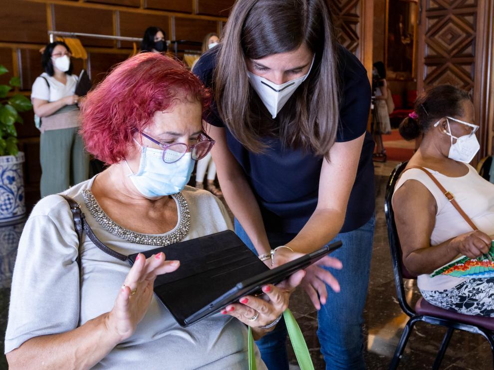 Una de las usuarias de las tablets del programa 'Nos Gusta Hablar también online'.