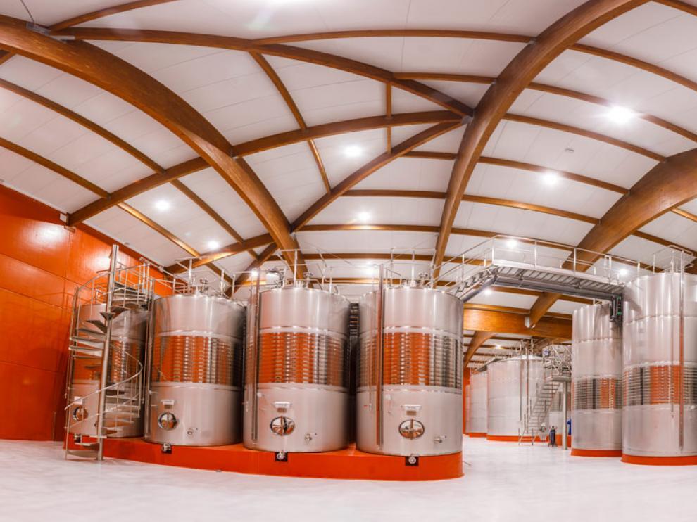 Alberga 132 depósitos de acero inoxidable con una capacidad para más de 9 millones de litros de vino