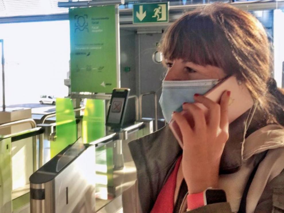 Mavi Doñate, en el aeropuerto con destino a París.