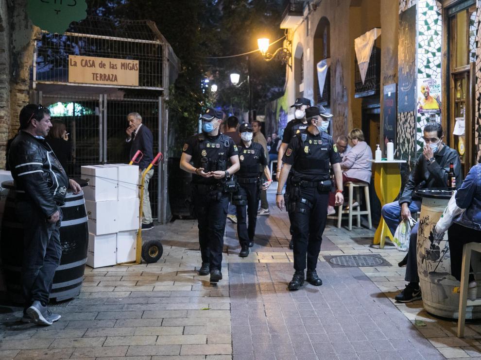 La Policía Nacional patrullaba el jueves por la noche por las calles del Tubo.