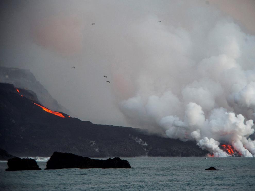 En la tarde del miércoles ha aumentado la colada del volcán de Cumbre Vieja en su contacto con el mar en el litroral de Tazacorte.