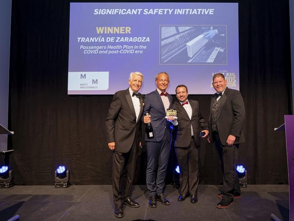 Foto de la recogida del premio de anoche en Londres para Tranvías de Zaragoza