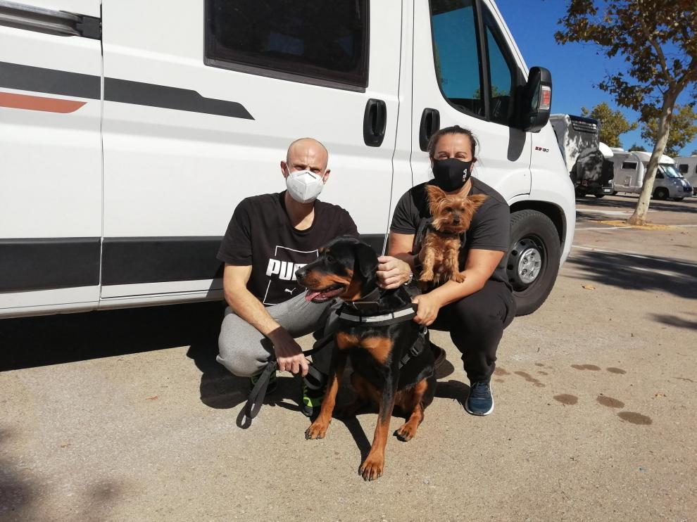 Jordi y Rebeca, con sus dos perros, Ares y Golfo, en el área de caravanas de Teruel.