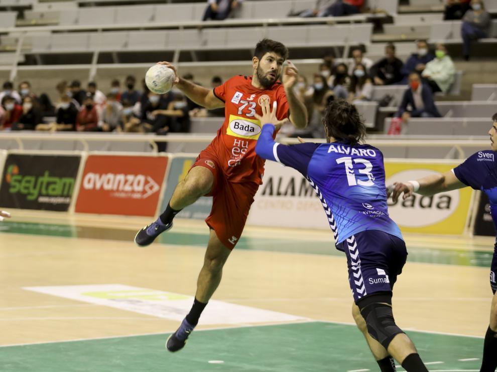 Joao Pinto, del Bada Huesca, realiza un lanzamiento ante el Benidorm.