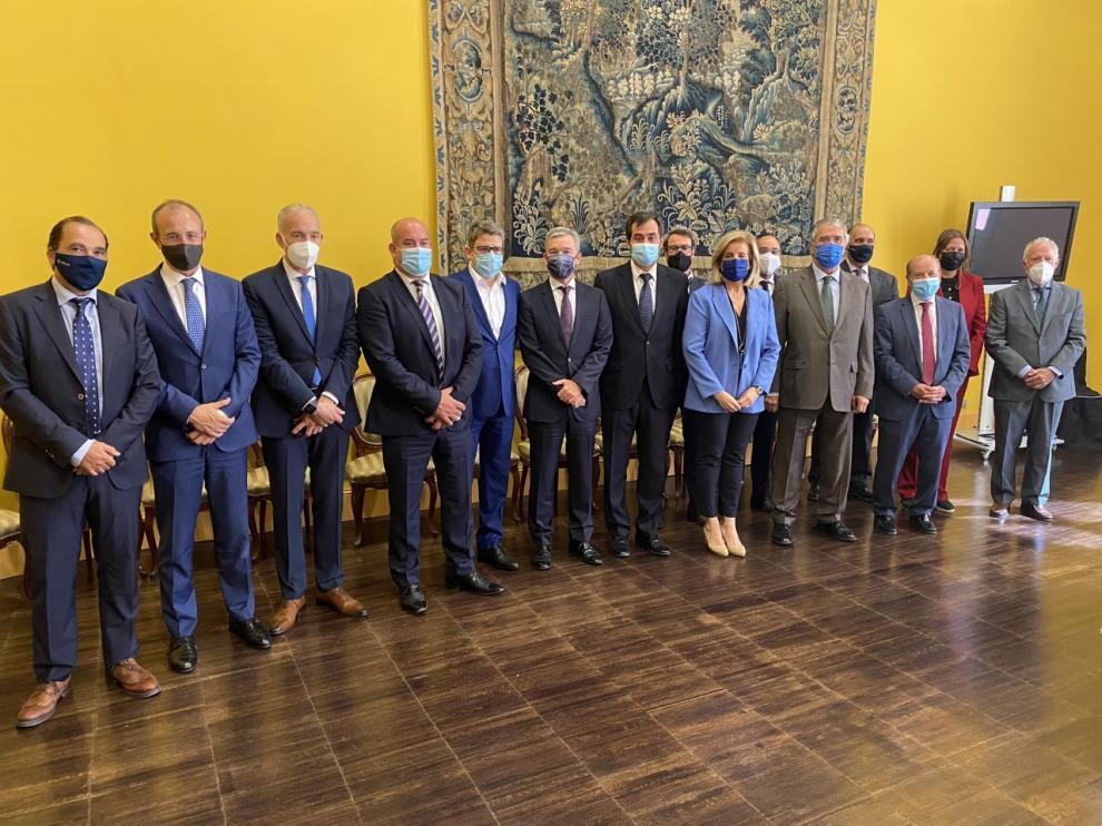 La exministra Fátima Báñez, ayer en Zaragoza, flanqueada por el presidente de la patronal aragonesa, Ricardo Mur, y el de Pikolin, Alfonso Solans, en la reunión del Consejo  Empresarial de CEOE Aragón.