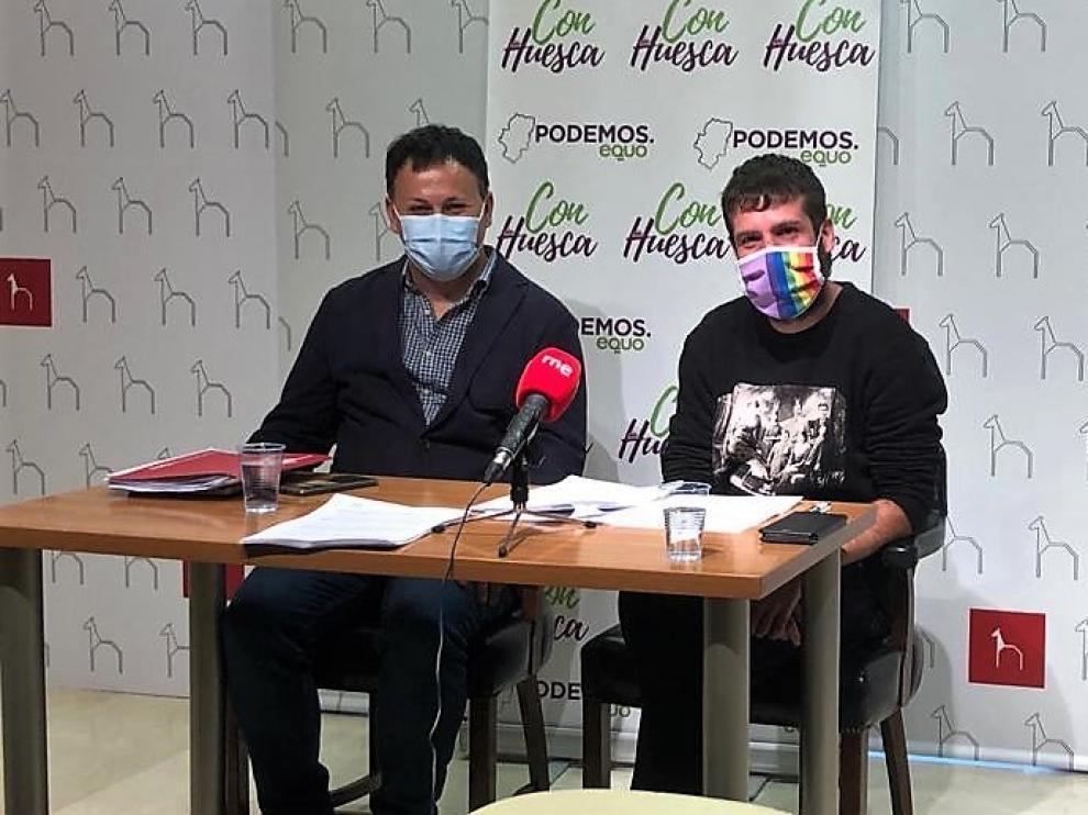 Los concejales de Con Huesca, Óscar Sipán y Guillermo Boix, durante la presentación de sus propuestas para las ordenanzas de 2022