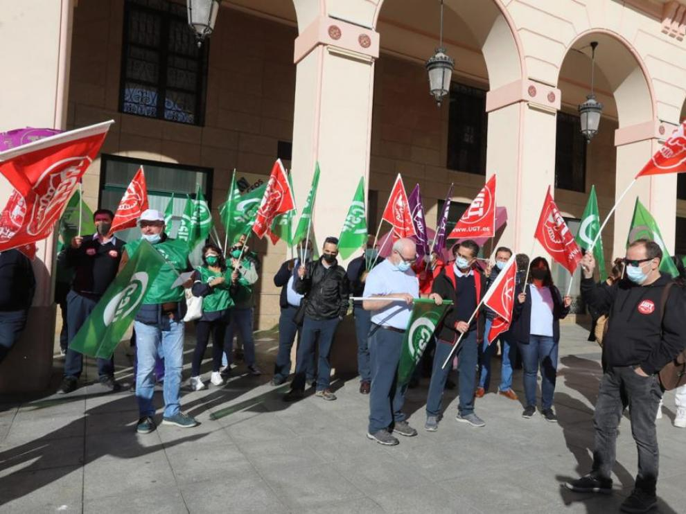 Protesta de los trabajadores del sector de transporte de viajeros por carretera en Huesca.