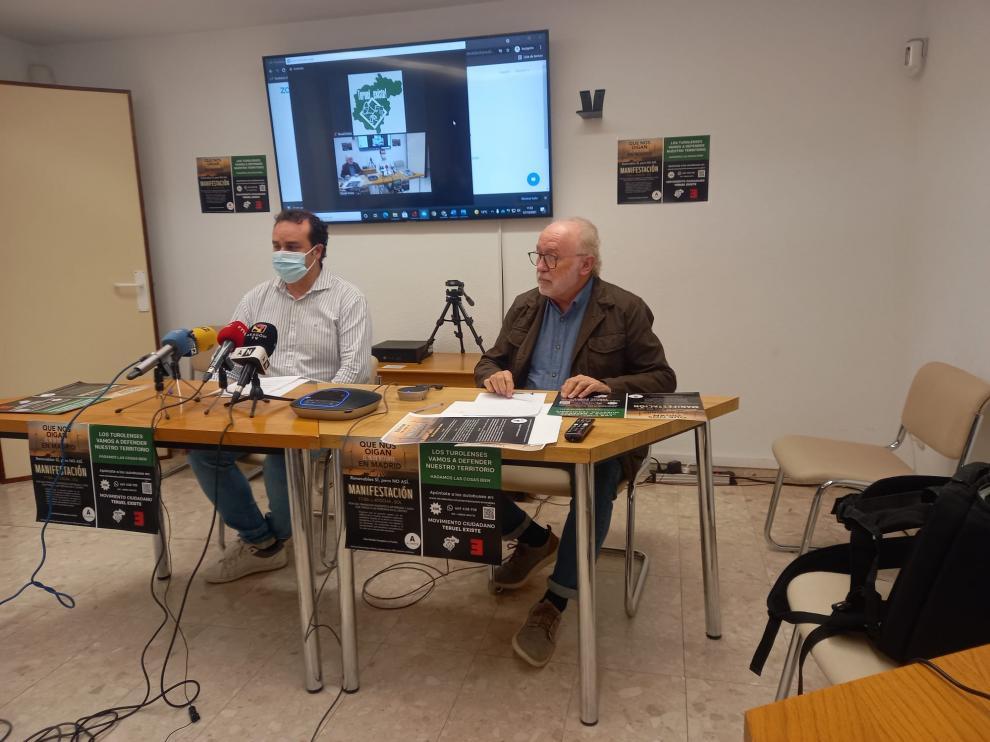 Jesús Villamón, a la izquierda, con Domingo Aula en la rueda de prensa en la sede de Teruel Existe.
