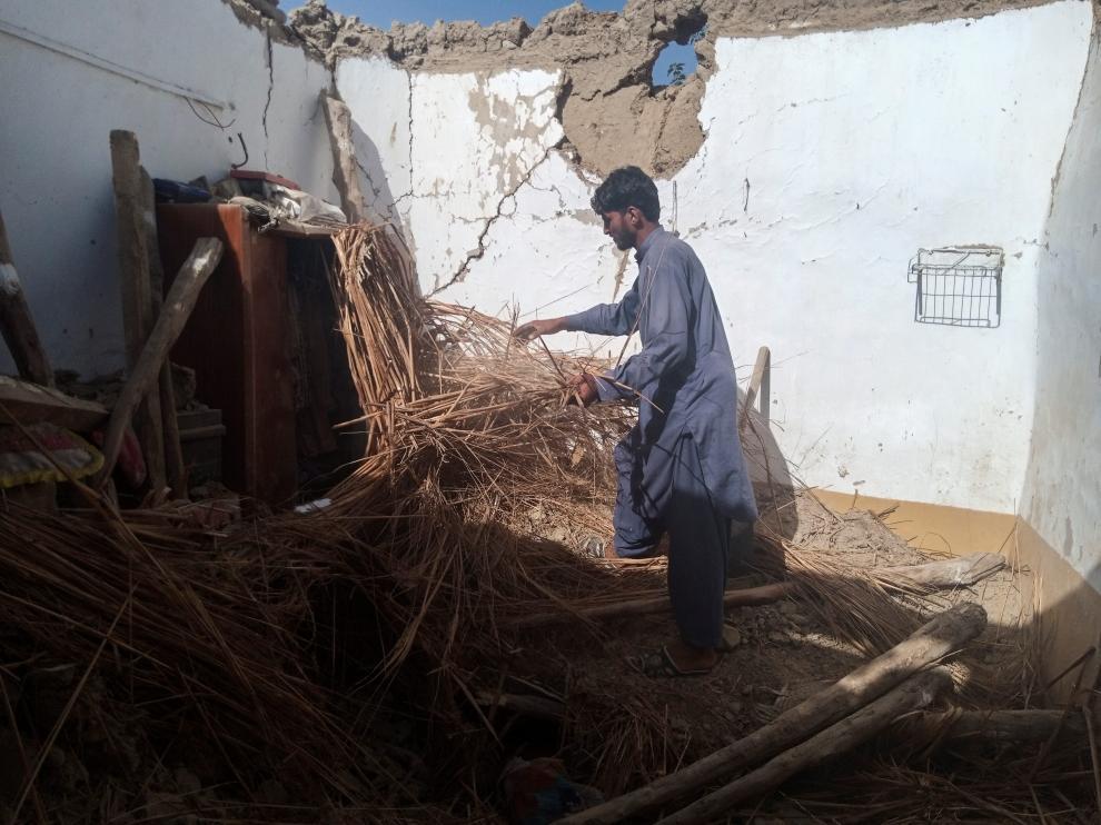 Un ciudadano retira los escombros producidos por el terremoto en Harnai, Pakistán.