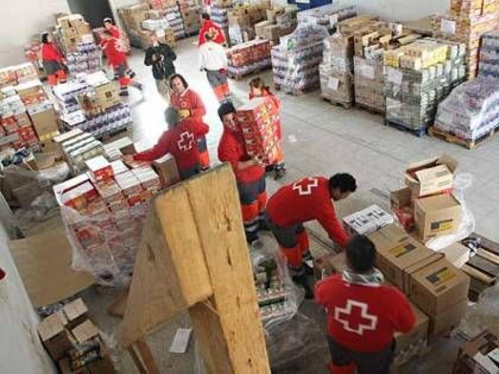 Voluntarios de Cruz Roja, preparando la distribución de alimentos procedentes de la Comunidad Europea entre familias altoaragonesas.
