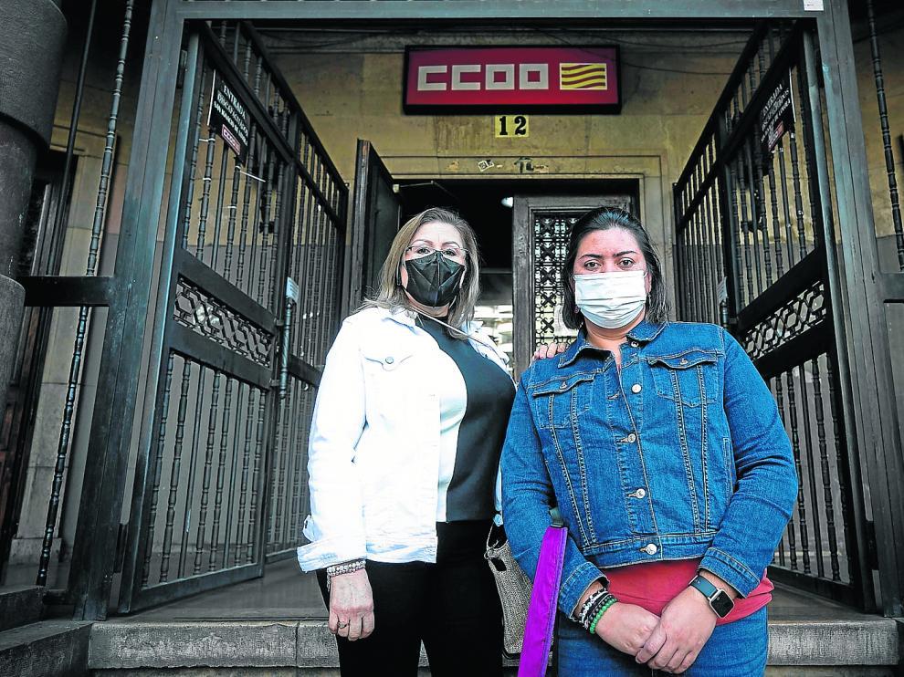Dolly Valencia y Karen Zelaya, empleadas el hogar, a las puertas de la sede de Comisiones Obreras en Zaragoza.