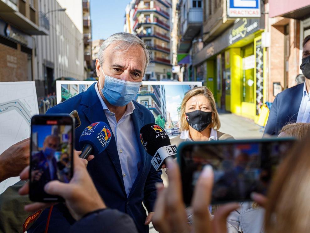El alcalde de Zaragoza, Jorge Azcón, atiende a los medios de comunicación.
