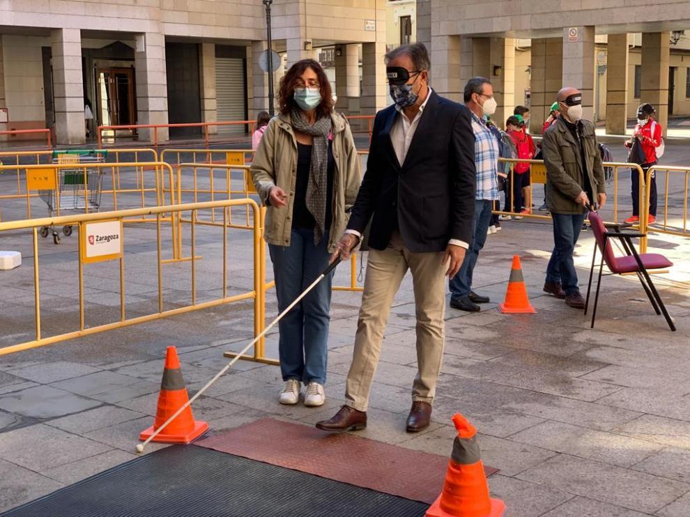 El consejero municipal de Acción Social y Familia del Ayuntamiento de Zaragoza, Ángel Lorén, en el circuito de movilidad de la ONCE instalado en la plaza Antonio Vicente Mosquete.