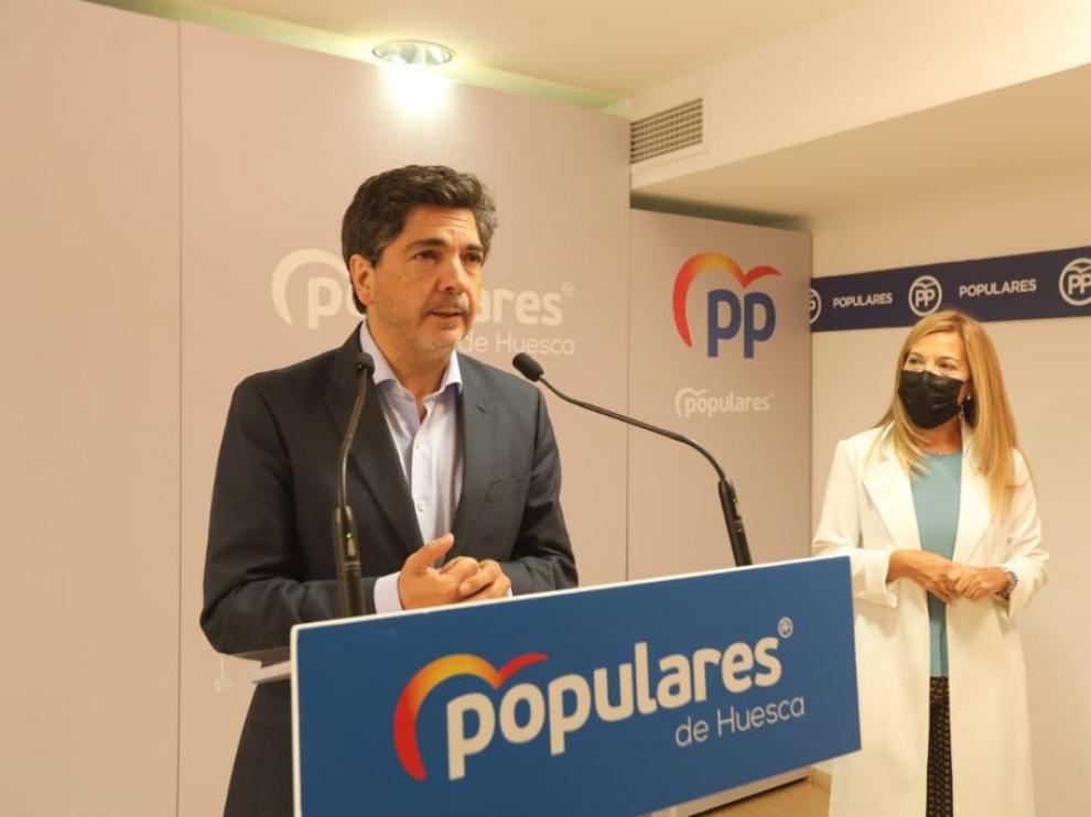 El diputado Mario Garcés y la sanadora Ana Alós este viernes en la sede del PP.
