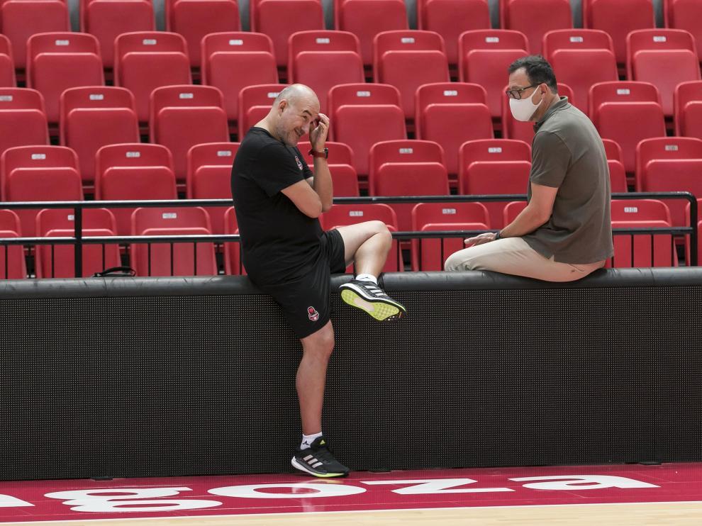 Jaume Ponsarnau, entrenador del Casademont Zaragoza, conversa con el director deportivo Pep Cargol.