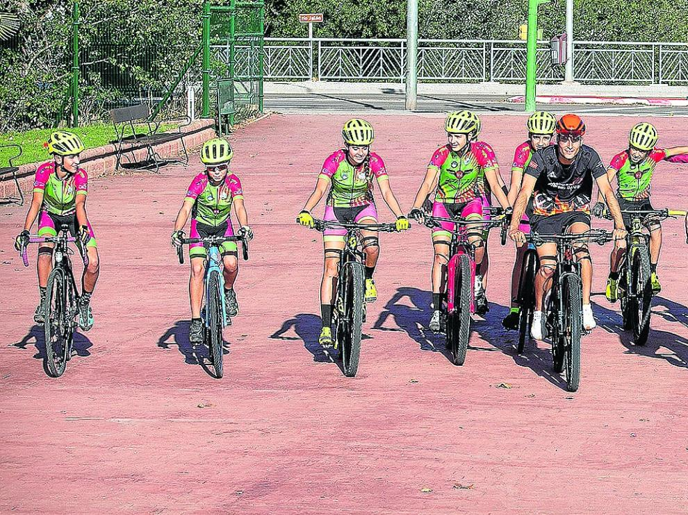 Jóvenes deportistas dan sus primeras pedaladas.