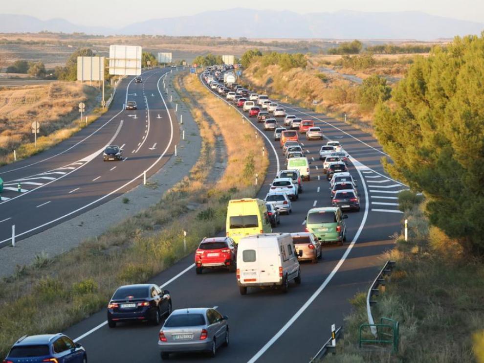 La colisión entre tres vehículos en la A-23 a media tarde causa un embotellamiento de 3 km ente las Canteras de Almudévar y Huesca